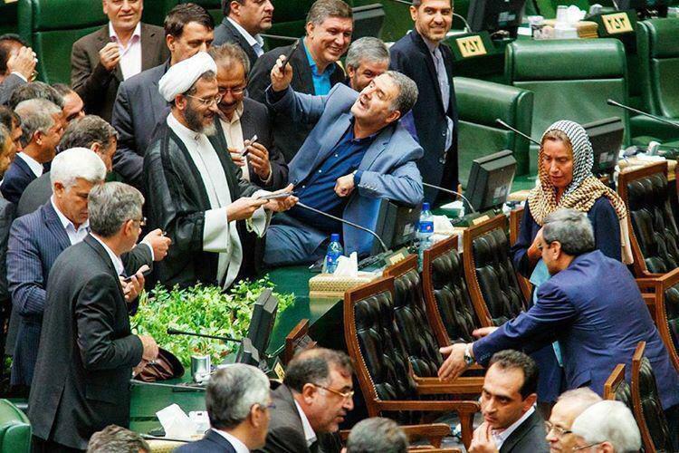 سلفی عجیب نمایندگان مجلس با موگرینی در پایان مراسم تحلیف روحانی