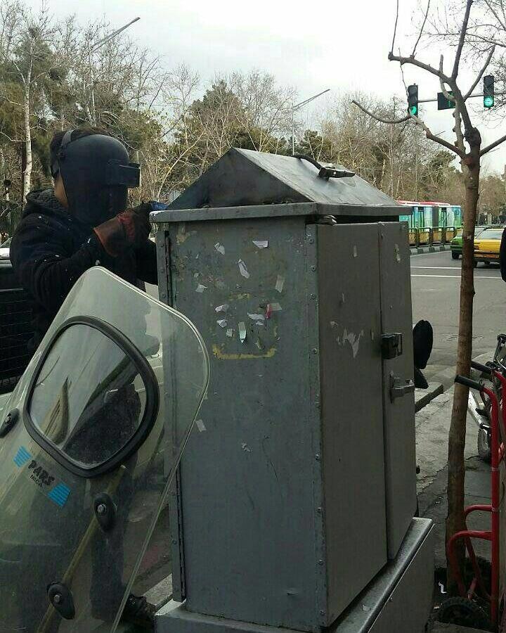 کشیده شدن حصار فلزی شیب دار دور سکوی دختران خیابان انقلاب