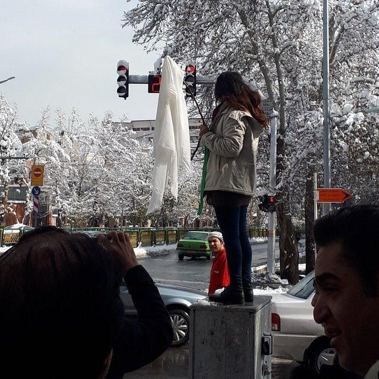 اعتراض دومین «دختر خیابان انقلاب» به حجاب اجباری