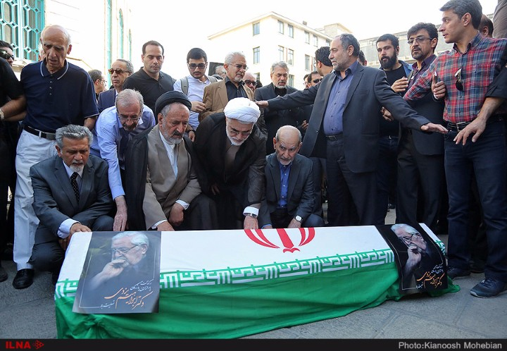 پیکر ابراهیم یزدی با شعار رفع حصر به خاک سپرده شد