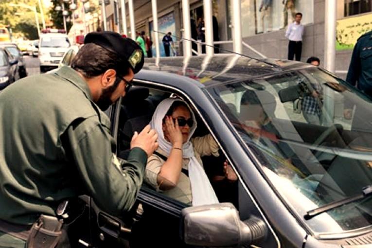 نماینده ولیفقیه در ناجا: داخل خودرو حریم خصوصی است