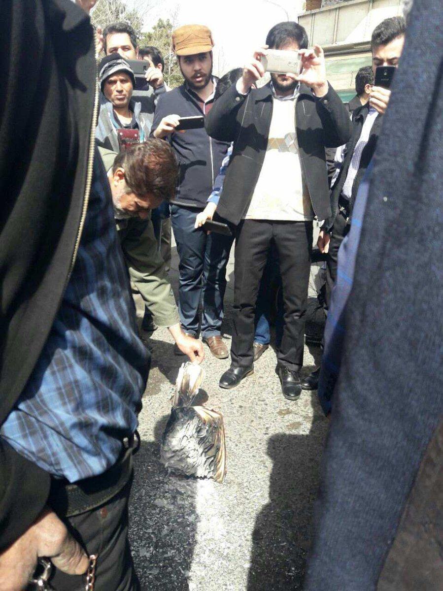 مشایی حکم بقایی را در مقابل سفارت انگلیس آتش زد