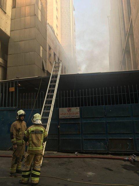 ادامه آتش سوزی در یک ساختمان وزارت نیرو پس از ۲۵ ساعت